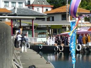 真珠祭の一行事のアコヤ貝放生会中の一枚です。